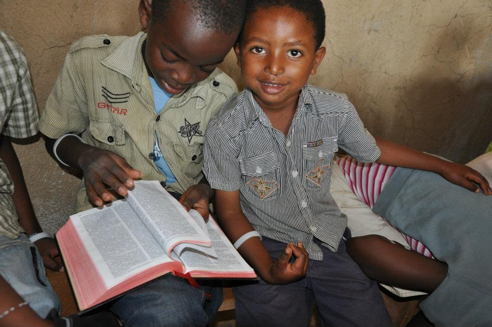 เพิ่งจะอ่านออก อยากอ่านพระคัมภีร์ครับ  ภาพจาก http://blog.worldhelp.net/2012/07/pod7-11-12/